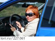 Купить «Рыжая девушка в солнечных очках за рулем автомобиля», фото № 227061, снято 9 сентября 2007 г. (c) Наталья Белотелова / Фотобанк Лори