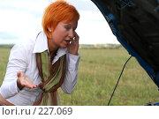 Купить «Молодая девушка у сломанной машины с открытым капотом», фото № 227069, снято 9 сентября 2007 г. (c) Наталья Белотелова / Фотобанк Лори