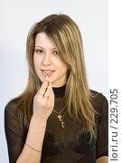 Купить «Девушка красит губы», фото № 229705, снято 4 января 2008 г. (c) Евгений Батраков / Фотобанк Лори
