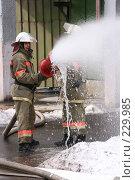 Купить «Пожарные льют воду из пожарного шланга», фото № 229985, снято 20 марта 2008 г. (c) Евгений Батраков / Фотобанк Лори
