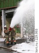 Купить «Пожарные льют пену из пожарного шланга», фото № 229993, снято 20 марта 2008 г. (c) Евгений Батраков / Фотобанк Лори