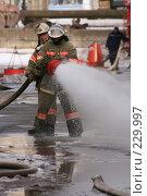 Купить «Пожарные льют воду из пожарного шланга», фото № 229997, снято 20 марта 2008 г. (c) Евгений Батраков / Фотобанк Лори
