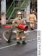 Купить «Пожарный со шлангом», фото № 230005, снято 20 марта 2008 г. (c) Евгений Батраков / Фотобанк Лори