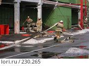 Купить «Пожарный тянет шланг», фото № 230265, снято 20 марта 2008 г. (c) Евгений Батраков / Фотобанк Лори