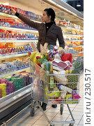 Купить «Молодая девушка в супермаркете делает покупки», фото № 230517, снято 2 февраля 2008 г. (c) Александр Черемнов / Фотобанк Лори