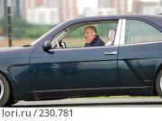Купить «Мужчина, разговаривающий по телефону в автомобиле», фото № 230781, снято 8 июля 2007 г. (c) Дмитрий Яковлев / Фотобанк Лори