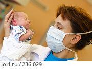 Купить «Врач-педиатр с младенцем на руках», эксклюзивное фото № 236029, снято 31 августа 2006 г. (c) Дмитрий Неумоин / Фотобанк Лори