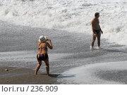 Купить «Люди фотографируются на фоне штормящего моря. Абхазия.», фото № 236909, снято 30 августа 2006 г. (c) Виктор Филиппович Погонцев / Фотобанк Лори