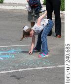 Купить «Ребенок рисует на асфальте», фото № 240685, снято 26 ноября 2004 г. (c) Igor Lijashkov / Фотобанк Лори