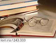 Купить «Перьевая ручка, очки, и раскрытые книги по искусству на столе в библиотеке, освещенные солнечными лучами», фото № 243333, снято 13 июля 2007 г. (c) Harry / Фотобанк Лори