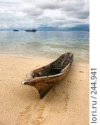 Купить «Морской тропический пейзаж с лодкой на берегу. Индонезия. Остров Мабул», фото № 244941, снято 20 марта 2008 г. (c) Татьяна Белова / Фотобанк Лори
