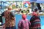 Уличный рынок. Продавцы-пенсионерки в ожидании покупателей, фото № 245681, снято 1 октября 2006 г. (c) Наталья Чуб / Фотобанк Лори