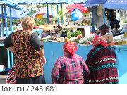 Купить «Уличный рынок. Продавцы-пенсионерки в ожидании покупателей», фото № 245681, снято 1 октября 2006 г. (c) Наталья Чуб / Фотобанк Лори