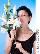 Купить «Привлекательная женщина с букетом лилий», фото № 250093, снято 5 августа 2007 г. (c) Андрей Андреев / Фотобанк Лори