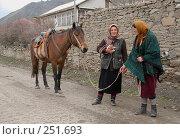 Купить «Две женщины стоят с конем на улице аула. Дагестан. Кулинский район. Горный аул.», фото № 251693, снято 15 мая 2007 г. (c) Виктор Филиппович Погонцев / Фотобанк Лори