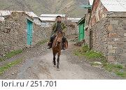Купить «Всадник едет верхом на коне по аулу. Дагестан. Кулинский район.», фото № 251701, снято 15 мая 2007 г. (c) Виктор Филиппович Погонцев / Фотобанк Лори