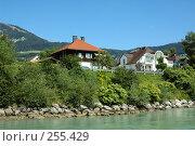 Купить «Дома в Альпах на берегу реки», фото № 255429, снято 26 августа 2007 г. (c) Игорь Шаталов / Фотобанк Лори