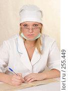 Купить «Медик за рабочим столом», эксклюзивное фото № 255449, снято 5 апреля 2008 г. (c) Дмитрий Неумоин / Фотобанк Лори