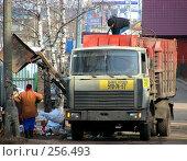 """Купить «Машина-мусоровоз загружает отходы. Микрорайон """"1 Мая"""". Город Балашиха. Московская область», эксклюзивное фото № 256493, снято 31 марта 2008 г. (c) lana1501 / Фотобанк Лори"""
