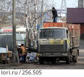 """Купить «Машина-мусоровоз около помойки. Микрорайон """"1 Мая"""". Город Балашиха. Московская область», эксклюзивное фото № 256505, снято 31 марта 2008 г. (c) lana1501 / Фотобанк Лори"""