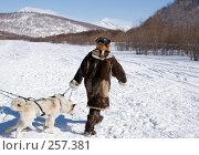 Купить «Коряк в национальном костюме ведет связку собак (хаски)», фото № 257381, снято 9 марта 2008 г. (c) Ирина Игумнова / Фотобанк Лори