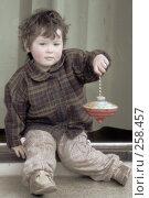 Купить «Маленькая девочка с красной юлой», фото № 258457, снято 18 апреля 2008 г. (c) Екатерина Соловьева / Фотобанк Лори