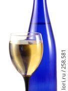 Бутылка и бокал с вином. Стоковое фото, фотограф Елена Блохина / Фотобанк Лори