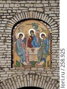 Купить «Святая троица. Мозаичная икона над вратами Псковского кремля.», эксклюзивное фото № 258925, снято 4 января 2008 г. (c) Александр Щепин / Фотобанк Лори