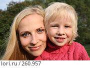 Купить «Мама с дочкой», фото № 260957, снято 23 июля 2019 г. (c) Losevsky Pavel / Фотобанк Лори