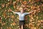 Голубоглазая блондинка лежит на траве среди  осенней листве, фото № 261105, снято 4 декабря 2016 г. (c) Losevsky Pavel / Фотобанк Лори