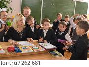 Купить «У стола учителя на перемене», фото № 262681, снято 25 апреля 2008 г. (c) Федор Королевский / Фотобанк Лори