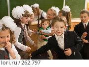 Купить «Малышка в гостях в первом классе», фото № 262797, снято 25 апреля 2008 г. (c) Федор Королевский / Фотобанк Лори