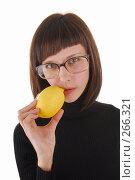 Купить «Девушка в очка кусает лимон», фото № 266321, снято 16 декабря 2007 г. (c) Михаил Малышев / Фотобанк Лори