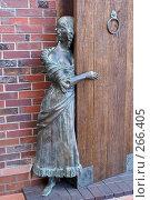 Купить «Бронзовая девушка и дверь в Рыбной деревне в Калининграде», фото № 266405, снято 21 июля 2007 г. (c) Валерий Шанин / Фотобанк Лори