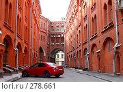 Купить «Красная машина в красном дворе. Лубянка.», эксклюзивное фото № 278661, снято 9 мая 2008 г. (c) Наталья Волкова / Фотобанк Лори