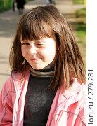 Девочка щурится от солнца. Стоковое фото, фотограф Варвара Воронова / Фотобанк Лори