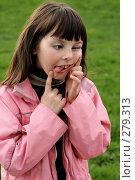 Девочка корчит рожу. Стоковое фото, фотограф Варвара Воронова / Фотобанк Лори