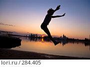 Девушка прыгает на закате дня. Стоковое фото, фотограф Ксения Крылова / Фотобанк Лори