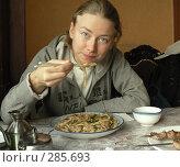Купить «Девушка ест лагман в кафе палочками», фото № 285693, снято 23 октября 2018 г. (c) Вера Тропынина / Фотобанк Лори