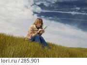 Купить «Девушка в поле с колоском», фото № 285901, снято 20 апреля 2008 г. (c) Арестов Андрей Павлович / Фотобанк Лори