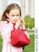 Девочка звонит по телефону. Стоковое фото, фотограф Варвара Воронова / Фотобанк Лори