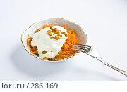 Купить «Морковный салат со сметаной и изюмом», фото № 286169, снято 15 мая 2008 г. (c) Ольга Хорькова / Фотобанк Лори