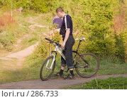 Купить «Велосипедист на распутье», фото № 286733, снято 12 мая 2008 г. (c) Эдуард Межерицкий / Фотобанк Лори