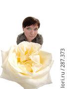 Купить «Искаженный портрет девушки с розой», фото № 287373, снято 12 мая 2008 г. (c) Михаил Малышев / Фотобанк Лори