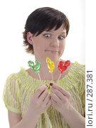 Купить «Молодая девушка с тремя конфетами на палочке», фото № 287381, снято 12 мая 2008 г. (c) Михаил Малышев / Фотобанк Лори