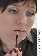 Купить «Молодая девушка красит губы», фото № 287393, снято 12 мая 2008 г. (c) Михаил Малышев / Фотобанк Лори