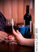 Купить «Мужчина и женщина за бокалом вина», фото № 287889, снято 3 мая 2008 г. (c) Вадим Пономаренко / Фотобанк Лори