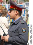 Купить «Милиционер с рацией в руке», фото № 291953, снято 17 мая 2008 г. (c) Александр Катайцев / Фотобанк Лори