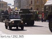 Купить «Командирский уазик, едущий вдоль колонны военной техники», фото № 292365, снято 9 мая 2008 г. (c) Sergey Toronto / Фотобанк Лори