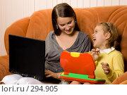 Купить «Молодая мама и дочь с ноутбуками», фото № 294905, снято 22 сентября 2007 г. (c) Вадим Пономаренко / Фотобанк Лори